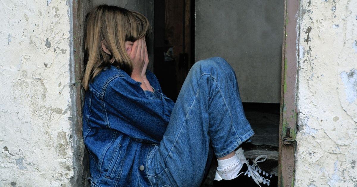 孤独に顔を覆う子ども
